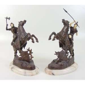 Par de esculturas de petit bronze e marfim representando guerreiros . Europa Séc XIXXX- (Perna de um cavalo com restauro) 34 cm alt.