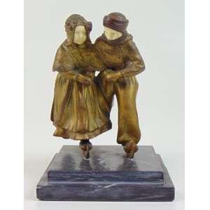 Escultura de bronze e marfim representando jovens esquiando 16 cm alt. França Séc XX.