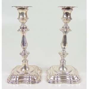 Par de castiçais de prata de lei contraste referente a cidade de Londres . Inglaterra Sec XX - 23 cm alt.
