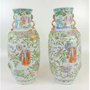 Par de vasos de porcelana em alto relevo , ricamente esmaltada . China Séc XIX - 53 cm alt, 20 cm diâm.