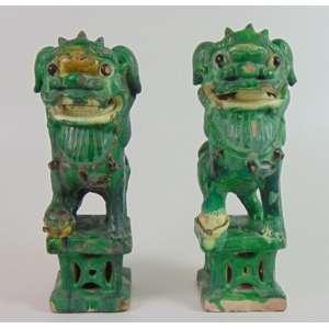 Par de Incensários na forma de cães de Fó em cerâmica esmaltada China Séc XIX. - 31 cm de alt, 17 de comp e 10 de prof.