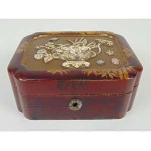 Bela caixa de laca tampa encimada por delicado trabalho de entalhe em marfim , Shibayama -Japão Séc XIX.- 6 cm alt - 14 x 11 cm.