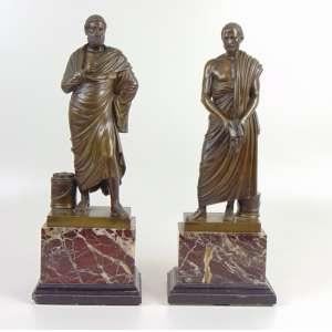Par de elegantes esculturas Neo Clássicas de bronze fundido e cinzelado representando Dignatários Romano e Grego sobre belas base em mármore - 48 cm de alt (com a base) - 35 cm de alt (sem a base).França Séc XIX.