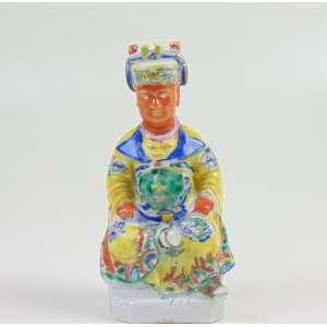 Escultura de porcelana esmaltada representando Dignatário Cia da Índias - China Séc XVIII - 18 cm de altura. Adquirida do comerciante especializado em louça chinesa JORGE WELCH com sede em Portugal e Inglaterra.