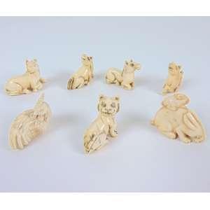 Lote com 7 netsukes de marfim delicadamente entalhado .China Séc XX- Contendo 1 galinha - 4 cavalos - 1 tigre e 1 lebre.