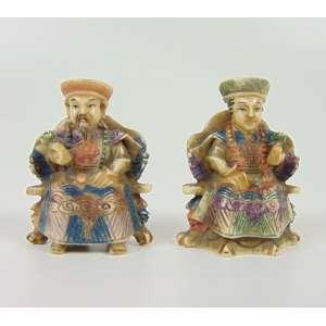 Lote com 2 netsukes - casal de imperadores de marfim delicadamente entalhado e policromado .China Séc XX - 5 cm alt.