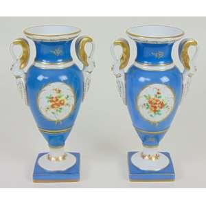 Par de ânforas de porcelana esmaltada estilo Império . Europa Sec XX - (uma delas no estado) - 22 cm alt.