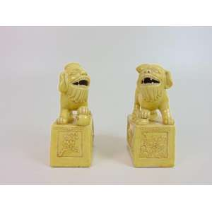 Par de cães de Fó de cerâmica esmaltada . China Sec XX - 15 cm de alt, 10 de comp e 5 de prof.