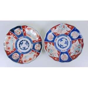 Par de pratos de porcelana esmaltada decoração padrão Imari - Japão Séc XIX.- 22 cm diâm cada.