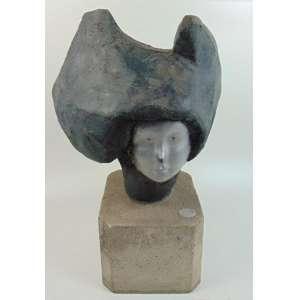 FIGUEIREDO SOBRAL - Cabeça de Mulher – Escultura em Concreto patinado - Assinada - Portugal - 73 cm de alt com base, 50 cm sem base . Figueiredo Sobral (1926-13 de agosto de 2010) foi um poeta, escultor e pintor português. Suas monumentais esculturas e pinturas murais são exibidos em espaços públicos em Portugal e no Brasil. Seu trabalho é realizado em várias colecções públicas e privadas. Jose Maria Figueiredo Sobral nasceu em Lisboa em 1926. Ele se formou na Antonio Arroio Decorative Arts School (Escola Secundária Artística António Arroio) onde estudou com Lino António, Paula Campos e Rodrigues Alves. Sobral trabalhou em uma variedade de mídias, incluindo pintura, design gráfico, ilustração, cenografia e poesia. suas pinturas foram primeiro mostradas publicamente na geral exposições de Belas-Artes (SNBA, Lisboa) imediatamente após a segunda guerra mundial (1939 – 45). ele se juntou ao grupo surrealista Português, formado por Antônio Maria Lisboa e Cesariny Vasconcelos. [3] sua primeira exposição individual foi em Castelo de Vide em 1952. Desde então seu trabalho tem sido mostrado em muitas exposições individuais e de grupo.