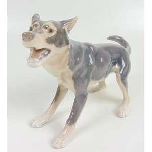 Cachorro de porcelana esmaltada manufatura Royal Copenhague - 12 cm prof,19 alt, 31 cm compr. Dinamarca Séc XX
