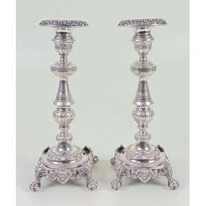 Par de castiçais de fina prata de lei, delicadamente cinzelados, estilo e época, Brasil séc XIX - marca do prateiro - 24 cm de altura.