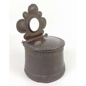 Porta Sal em zinco repuxado a mão - Alemanha - Dat 1826 - 30 cm alt, 17 cm comp e 15 cm prof.