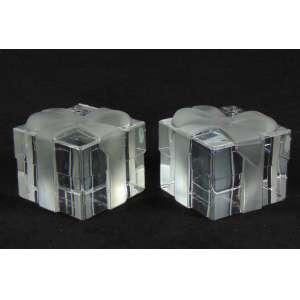 Elegante par de Peso para papel joalheria Tiffany & C0 de cristal acetinado , representando caixa com laço.U.S.A Sec XX
