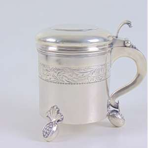 Tankard em prata Européia, com 3 pés - sem contrastes - 16 cm alt, 12 cm diâm.
