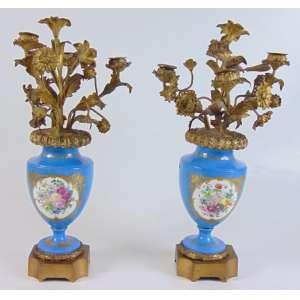 Par de ânforas candelabros de porcelana esmaltada a maneira de Sevres . França Sec XIX - 42 cm alt.