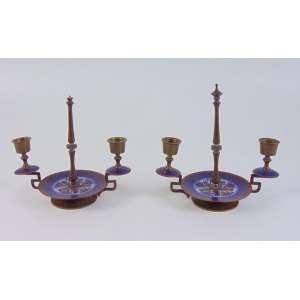 Par de candelabros em bronze e esmalte cloisonee - 18 cm alt, 12 cm diâm. 20 cm comp. Europa Sec XX.