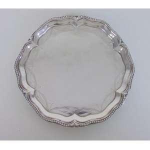 Salva de prata de lei, detalhes em perolados e prateiro MG. Brasil séc. XIX. 22 cm diâm