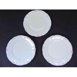Jogo de jantar de porcelana tcheca com 36 pratos rasos, 25 fundos,21 de sobremesa 2 sopeiras, 5 travessas ovais e mais 3 de serviço.