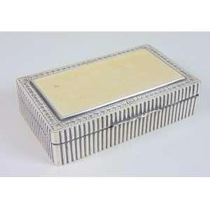 Caixa de prata de lei com detalhe na tampa em marfim - 15 x 9 cm.