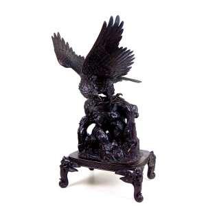 Escultura de bronze representando águia sobreposta sobre monte e base oriental . Japão Sec XX. - 75 x 60 x 53 cm.