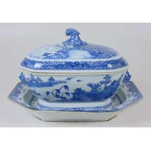 Sopeira de porcelana com Presentoir, Cia das India azul e brancos ´Makau - China Séc XVIII - sopeira 23 cm alt, 30 cm compr, 22 cm prof, Presentoir 5 cm alt, 37 x 29 cm. (Presentoir no estado).