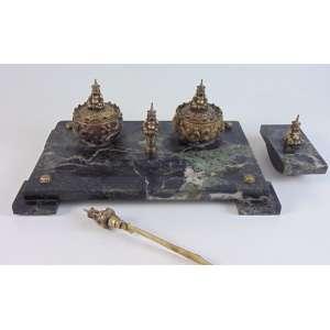 Conjunto de Tinteiro em mármore e bronze com motivos orientais . Europa Sec XIX. - 25 x 40 cm. (no estado).