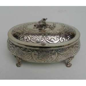Caixa de prata de lei lavrada. altura 5 cm, largura 11 cm e 16 cm de comprimento.