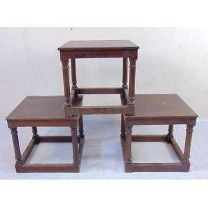 Lote com 6 banquetas em madeira de linhas sóbrias . Inglaterra Sec XIX.- 43 cm alt, 47 x 47 cm.