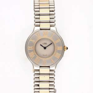 Cartier 21 - Caixa e pulseira de aço. Detalhes com acabamento em ouro amarelo. Cerca de 31mm de diâmetro. Movimento a quartzo. Visor de cristal de safira. Nº901124801. Obs.: Funcionando.