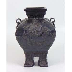 Vaso em fino bronze fundido e cinzelado decorado pr dragões. Japão Sec XIXXX.g- 30 cm alt, 20 x 20 cm.