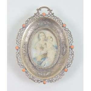 Porta aliança de prata 800 , cabochons em coral e reserva central com miniatura a esmalte com cena de maternidade. Itália Sec XX. - 9 x 7 cm.