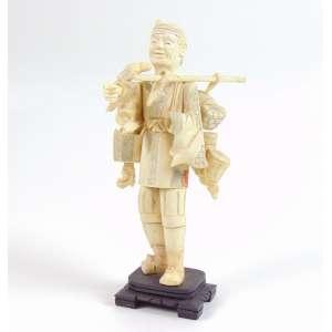 Escultura em marfim representando vendedor - 18 cm alt. China Séc. XX.(no estado)