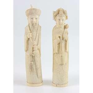 Par de Imperadores de fino Marfim delicadamente entalhados . China Sec XX - 26 cm alt.
