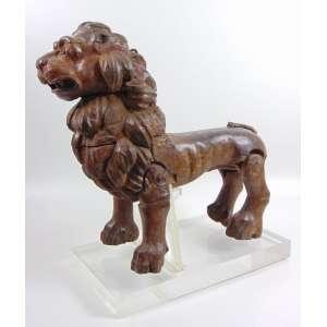 Leão em madeira lavrada e patinada acompanha base em acrílico - Italia ou Alemanha Séc.XVIII - 54 cm alt. 60 compr, 23 prof.