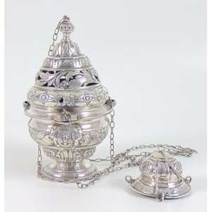 Belo Turibulo de prata de lei repuxada , detalhes de acabamento compatíveis a 10 dinheiros. Brasil Sec XIX. 21 cm alt, 14 cm diâm.
