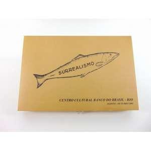 CAIXA SURREALISTA - Caixa em MDF com sacola em tecido rústico contendo catálogos, reproduções de obras e um seio inflável, alusiva à exposição Surrealismo realizada no CCBB - RJ em 2001 - 44x6x30 cm - exemplar nº 1469