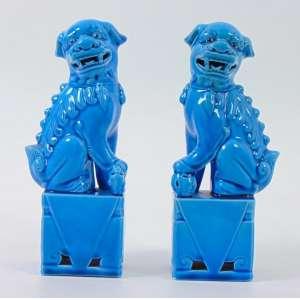Par Esculturas de cerâmica esmaltada monocrômica em azul representando Cão de Fó .al 23 cm .t.China Sec XX