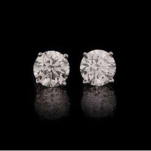 VIVARA - Par de brincos solitários de ouro branco 18k e diamantes lapidação brilhante regulando 1,00ct cada. Cerca de 2,6g. Acompanha certificado.