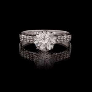 VIVARA - Anel de ouro branco 18k e diamantes lapidação brilhante. Central regulando 2,00ct. Cerca de 3,3g. Medida 23. Acompanha certificado.