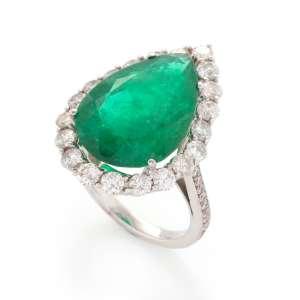 Anel de ouro branco 18k, diamantes lapidação brilhante regulando 2,50ct no total e esmeralda regulando 10,56ct. Cerca de 8,3g. Medida 16.