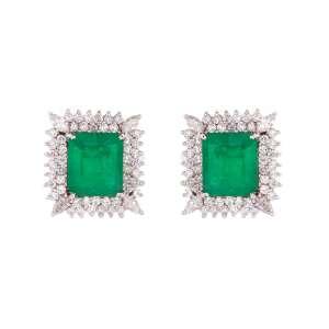 Par de brincos de ouro branco 18k, diamantes lapidação brilhante e navete regulando 2,30ct no total e esmeraldas regulando 8,50ct no total. Cerca de 14,8g.