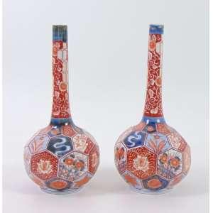 Par de elegantes floreiro de porcelana esmaltada decoração Imari . Japão Sec XIX.- 14 cm diâm.31 cm alt.(um dos vasos trincados)