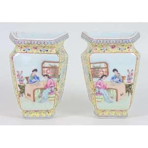 Par de Floreiros de parede em porcelana esmaltada decoração padrão Mandarim -China Sec XX - 20 cm alt.