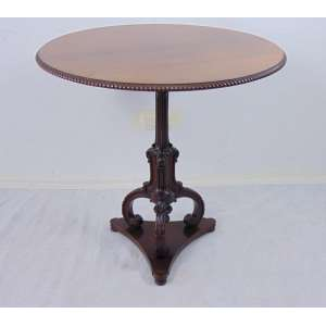 Elegante mesa de fuste central executada em carvalho finamente entalhada . Inglaterra Sex XIX.- 78 cm alt, 80 cm diâm.