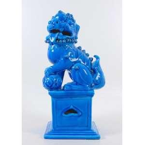 Escultura de cerâmica esmaltada monocrômica em azul representando Cão de Fó . 20 x 20 x 50 cm alt.China Sec XX.