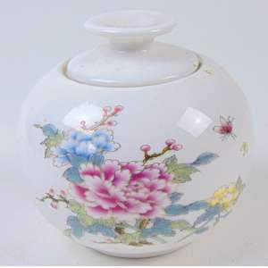 Caixa de porcelana esmaltada . China Sec XIX. - 9 cm alt. 9 cm diâm.