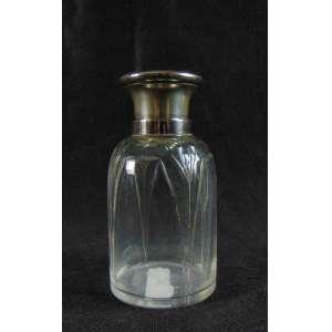 Perfumeiro em cristal com tampa em prata de lei .Europa Séc XIX- 11 cm de alt.