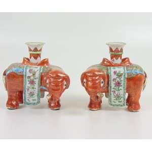 Par de incensários de porcelana esmaltada padrão Rouge de Fér , representando Elefantes . China Séc XVIII - 15 cm de altura. Adquirida do comerciante especializado em louça chinesa JORGE WELCH com sede em Portugal e Inglaterra.