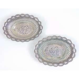 Par cestas em prata de lei teor 800 trabalhada reserva central com cena bucólica , bordas vazadas Alemanha Sec XIX.- 10 x 14 cm